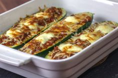 Recipe: Zucchini boats filled with Bolognese, crème fraîche and baked with mozzarella Crockpot Recipes, Chicken Recipes, Healthy Recipes, Mozzarella, Salmon And Asparagus, Zucchini Boats, Stuffed Zucchini, Herb Butter, Low Carb Diet