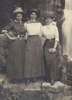 Three sisters Vintage photograph 1905