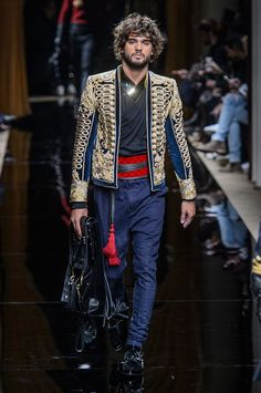Oliver Rousteing's Balmain is as much about the clothes as it is about the presentation. Beginning with models, Balmain's fall-winter 2016 men's show was opened… Mode Masculine, Men Fashion Show, Mens Fashion, Christophe Decarnin, Balmain Men, Living At Home, Looks Style, Military Fashion, Men's Collection
