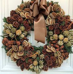 Kränze Weihnachten und Winter Rob Van Helden Kranz A Short Guide To Aromatherapy When you smell some Silver Christmas Decorations, Christmas Door Wreaths, Autumn Wreaths, Christmas Crafts, Wreath Crafts, Diy Wreath, Wreaths And Garlands, Christmas Trends, Christmas Arrangements