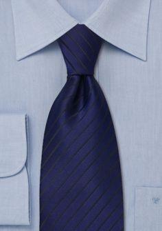 Blaue Krawatte schwarze Streifen