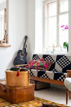 Boxes, guitar, colors/patterns against white - Kolme mielenkiintoista kotia
