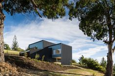 Image 1 of 27 from gallery of Ruby Bay House / Parsonson Architects. Photograph by Paul McCredie Architecture Office, Residential Architecture, House Of The Rising Sun, Latest House Designs, Modern Architects, House Sitting, Beautiful Interior Design, 3 Bedroom House, Architect House