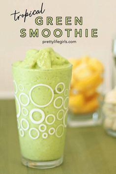 Light and healthy for summer! This is an easy recipe for a quick Tropical Green Smoothie with greek yogurt. Date Smoothie, Lunch Smoothie, Healthy Breakfast Smoothies, Healthy Snacks, Healthy Eating, Mango Banana Smoothie, Apple Smoothies, Vegetable Smoothies, Smoothie Recipes With Yogurt