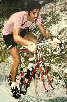 Eddy Merckx. Samen met Coppi en Binda recordhouder met 5 zeges in de Giro. Lees ook www.touretappe.nl.