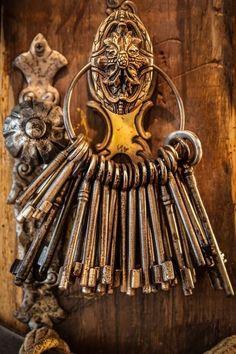 Doors and keys ~Ana Rosa Antique Keys, Vintage Keys, Vintage Teacups, Cles Antiques, Door Knobs And Knockers, Old Keys, Unique Doors, Key Lock, Key To My Heart
