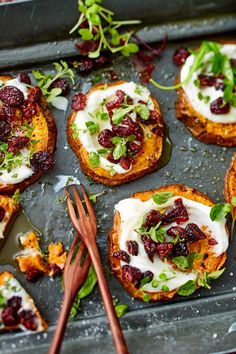 Baked sweet potato slices- Überbackene Süßkartoffelscheiben When sweet potato slices out of the oven with creamy goat cheese cream and be topped, then there is no stopping! In addition a crisp salad. Chicken Salad Recipes, Healthy Salad Recipes, Comidas Pinterest, Baked Sweet Potato Slices, Baked Potato, Menu Dieta, Sliced Potatoes, Food To Make, Find Food