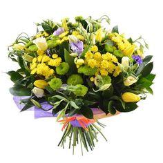 """Букет цветов """"Солнечный день"""". Нашим флористам удалось в этом пышном букете соединить веселые краски. Обратите внимание на оригинальный подбор цветов! Весенние тюльпаны соседствуют в нем с осенними хризантемами. Причем и те, и другие – солнечного желтого цвета."""