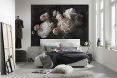 Fototapet Trandafiri pe Panza Neagra cu flori in nuante pastel de roz pe fond negru profund. Comanda fororapet trandafiri pentru amenajari elegante.