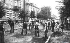 Budowa ulicy w Płocku 1926 r.  Robotnicy podczas układania nawierzchni jezdni (obecna Sienkiewicza?) Kliknij aby obejrzeć w pełnym rozmiarze