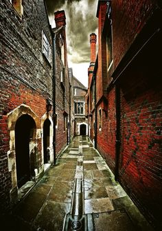 An alleyway in Hampton Court, home of King Henry VIII. You might recognise it from the TV programme 'The Tudors' which is filmed here.