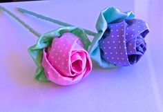 Botao de Rosa em Tecido no Palito Passo a Passo -tutorial. Bow Dazzling Volunteers, this flower would be so cute on a clip for the girls in the children's hospitals! Just add an alligator clip with a small felt circle instead of making the stem. Ribbon Art, Diy Ribbon, Fabric Ribbon, Ribbon Crafts, Flower Crafts, Fabric Crafts, Ribbon Rose, Cloth Flowers, Fabric Roses