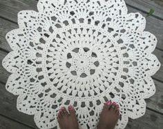 Algodón del ganchillo tapete alfombra en 30/ 76,20 cm círculo patrón de encaje de color rosa. Alfombra en la foto se hizo en color de rosa caliente, pero usted podría elegir pálido rosa, rose u orquídea. Hermosa alfombra, perfecta para vestir el suelo en ese rinconcito especial. Suave y resistente como se hizo con 2 hebras de hilo de algodón se ligan. Está hecho de algodón significa también es lavable! Recomiendo a mano que se lava y luego acostado a seco cuando sea necesario para asegur...