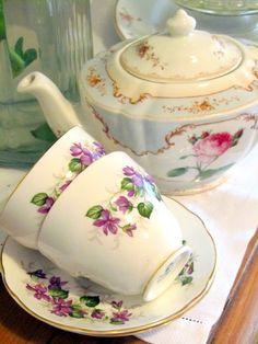 Madelief: The Vintage Teacup club ~ I this teapot! Vintage China, Vintage Teacups, Shabby Vintage, Shabby Chic, Cuppa Tea, Rose Tea, Tea Art, Tea Service, Coffee Set
