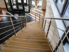 houten trap met RVS balustraden