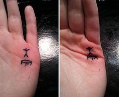 Essa seleção de tatuagens mostra não apenas a criatividade. Mas o humor. O corpo não é apenas a tela, mas brinca ou interage com a imagem. Gostem ou não, é um jeito inovador de expressão.