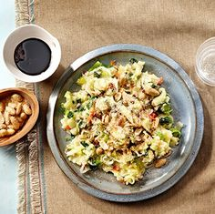 Pittige aziatische stamppot met roerbakgroente en pinda's Fried Rice, Pasta Salad, Potato Salad, Fries, Potatoes, Ethnic Recipes, Food, Crab Pasta Salad, Potato