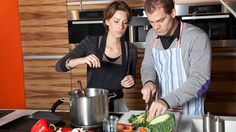 Abnehmen in einer Woche - Diätplan für die 7-Tage-Diät. Ein Mann und eine Frau kochen gemeinsam Kohlsuppe (Quelle: Thinkstock by Getty-Images)