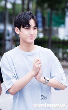 [HD포토] 세븐틴(SEVENTEEN) 민규 숨막히는 쉼표머리 (뮤직뱅크 출근길) #topstarnews