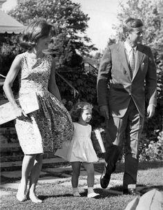 1960. Juillet. John, Jackie and Caroline Kennedy