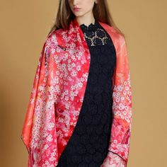 Elegantný-dámsky-hodvábny-šál-s-motívom-ružovej-prírody-1