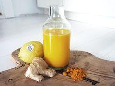 Jamen hej igen förkylningar! Februari är inte nådig. Jag har som tur är några flaskor jamu i kylen. Jamu är en traditionell Indonesisk hälsodryck som har druckits i över 1000 år. 1 flaska jamu 1 stor bit ingefära Gurkmeja (1 stor färsk bit eller 1 msk pulver) 2 citroner 2 msk rå honung Ca 5 dl vatten (beroende