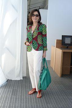 """Gloria Kalil é uma das mulheres mais elegantes do Brasil e uma sumidade em moda. Ela usa roupas comuns, sem extravagância, porém, com charme e originalidade. Glorinha, como é carinhosamente conhecida, é empresária, consultora e colunista do portal UOL. E já escreveu um livro que virou """"o"""" manual sobre o tema: """"Chic: um guia básico de moda e estilo"""", lançado em 1996, e outros que vieram depois dele."""