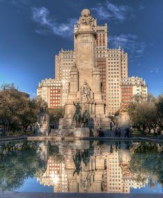 Monumento a Cervantes; detrás, edificio España en la plaza del mismo nombre, Madrid, Spain