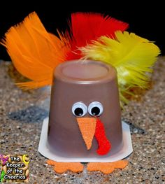 Turkey Pudding Cups & Turkey Jello Cups Healthy Thanksgiving Treats Materials Used: Pudding or Jello cups, Fall Feathers, Wiggle eyes, Felt, scissors and craft glue. Thanksgiving Projects, Thanksgiving Preschool, Thanksgiving Parties, Thanksgiving Recipes, Holiday Treats, Holiday Fun, Classroom Treats, School Treats, School Snacks