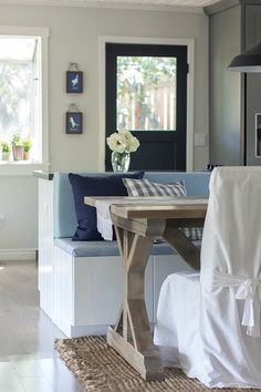 love the bench seat even if its the middle of the kitchen