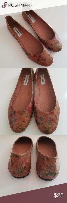 Steve Madden Women's Tan Floral Flats Steve Madden Keepsake Tan Floral Multi-color Flats Shoes Size 10 Medium. Pretty floral design. Round toe. Leather outsole. Leather lining. Man made uppers. Dress them up or down for any occasion. Steve Madden Shoes Flats & Loafers
