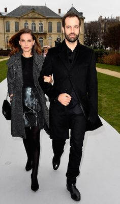 Benjamin Millepied Photos - Actress Natalie Portman (L) and her husband Benjamin Millepied attend the Christian Dior show as part of Paris Fashion Week Haute Couture Spring/Summer 2015 on January 2015 in Paris, France. - Arrivals at Christian Dior Natalie Portman Husband, Natalie Portman Style, White Top And Blue Jeans, Gamine Style, Soft Gamine, Nathalie Portman, Jessica Biel, Gal Gadot, Petite Dresses