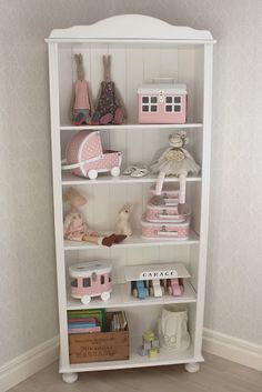 Sandras hjärtan: EMMIE Pink and white shelf in little girl's bedroom with Maileg bunnies and Kidstyle cases. Egmont Toys rabbit money box.