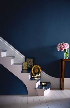 Indigo has got real impact when it comes to interior decoration – intense and rich. It seems to work very well when it sits against a crisp white in the form of skirting boards, ceiling etc. It also looks fabulous when combined with layers of grey tone or natural wood shades. Successful highlight colours include yellow, pink, gold and other brass like metallics.