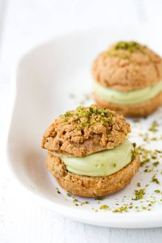 Choux à la crème pâtissière pistachée Dessert Drinks, Fun Desserts, Dessert Recipes, Desserts Fruits, Cupcakes, Cupcake Cakes, Desserts With Biscuits, French Patisserie, Thermomix Desserts