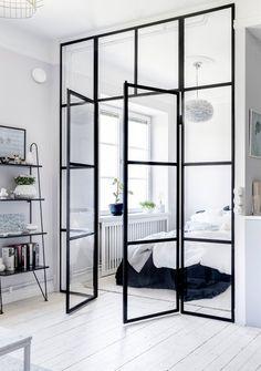 Une chambre qui ne craint pas de s'exposer. Ceux qui y dorment sont assurément des lève-tôt. :)