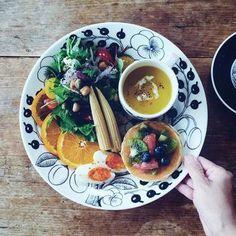 フルーツたっぷりのパンケーキにかぼちゃスープ、サラダ、オレンジの朝食♪いつも目でも楽しめちゃう色鮮やかなサラダがたっぷりで、とっても健康的。