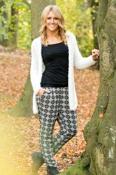 Mönstrade byxor till vit, lurvig kofta | Printed pants furry white cardigan outfit inspiration fall spring summer | www.mandeldesign.se