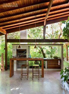 Refúgio baiano ganha vida em 5 meses com referências regionais - Casa Tropical Architecture, Interior Architecture, Exterior Design, Interior And Exterior, Bungalow, Jungle House, Barbecue Area, Tropical Houses, House In The Woods