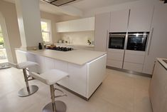 Kitchen with pillar - Kitchen island and breakfast bar - Discover more at www.lwk-home.com