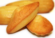 Lorraine - I'm going to be able to make these and read this recipe someday: La Cuisine de Bernard: Les Madeleines de Commercy et plein de desserts. French Bakery, French Pastries, Cookie Recipes, Snack Recipes, Snacks, Madeleine Recipe, Biscotti Cookies, Sweet Cakes, No Bake Cake