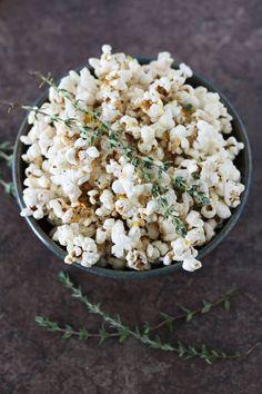 A Dozen Finger-Licking-Good Popcorn Recipes Popcorn Recipes, Snack Recipes, Cooking Recipes, Flavored Popcorn, Savory Snacks, Healthy Snacks, Food Porn, Snacks Für Party, I Love Food
