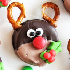 A tutorial for adorable Rudolph Christmas Oreos, complete with pretzel reindeer antlers and an M&M nose. An easy and cute Christmas cookie idea! Cute Christmas Cookies, Rudolph Christmas, Christmas Treats, Christmas Recipes, Biscuit Oreo, Biscuits, Fabric Gift Bags, Felt Flowers, Felt Roses
