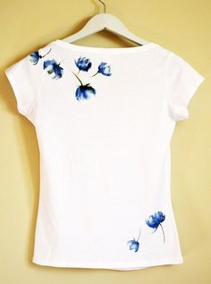 Blue Hand Painted MYgarden Flowers T-shirt di Christeesandtops