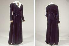 """Lang kjole i mørkeblåt velour. Lange ærmer med besætning af mink. Hvid bluseindsats og firkantet """"matroskrave""""."""
