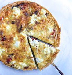 Ook dol op quiche? Check deze dan eens: zalige vegetarische quiche met gegratineerde Parmezaan, gegrilde paprika & courgette en zachte geitenkaas.