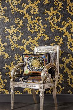 Just like the most valuable of fabrics with woven-in gold threads - this luxurious Versace wallpaper manages to build a bridge to the designer labe. Tapete Gold, Designer Wallpaper, 19th Century, Things To Come, The Originals, Deco, Pattern, Link, Sustainability