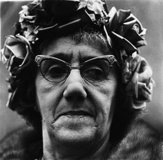 Diane Arbus: Finding Beauty in the Odd www.ucreative.com1114 × 1092Buscar por imágenes Diane Arbus was mainly influenced by German photographer August Sander, and captured what most people would call outcasts, misfits and freaks.