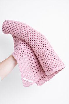 Gratis hækleopskrift - Hæklet babytæppe i granny stripes.  Free Danish crochet pattern - Granny stripe baby blanket. Baby Afghans, Baby Blanket Crochet, Crochet Baby, Free Crochet, Knit Crochet, Crochet For Kids, Crochet Toys, Baby Knitting Patterns, Crochet Patterns