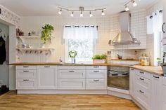 kök #svenskfastuppsala Kitchen Corner, Cozy Kitchen, Farmhouse Kitchen, Kitchen Decor, Country Kitchen, New Kitchen, Interior Design Kitchen, Kitchen Dining, Kitchen Storage